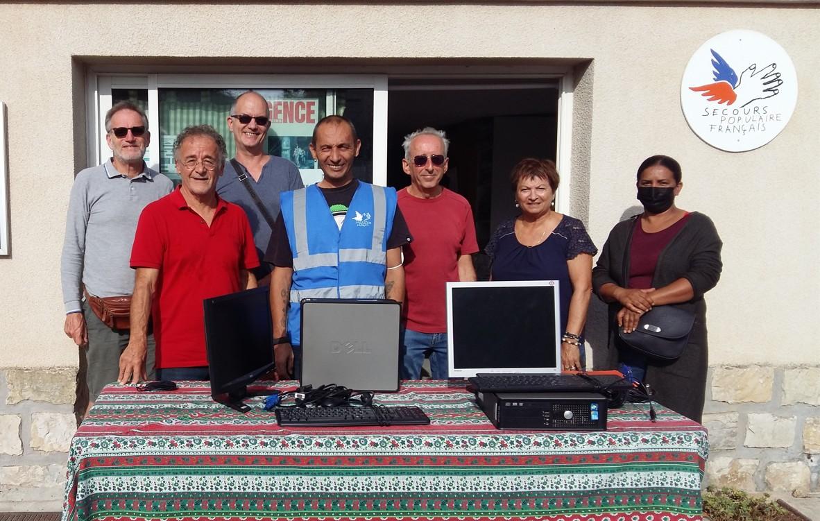 Lundi 27 septembre, notre premier don de deux ordinateurs à deux familles qui sont aidées par le secours populaire.